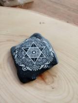 Dekorácie - Biela čipka na čiernej bridlici - Na kameni maľované - 9588479_