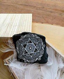 Dekorácie - Biela čipka na čiernej bridlici - Na kameni maľované - 9588476_