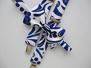 Doplnky - Pánsky motýlik a traky-set modrobiely s ornamentami - 9597221_