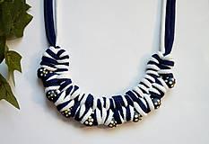 Uzlový náhrdelník vo folk štýle