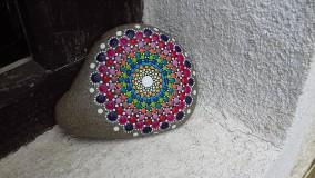 Dekorácie - Dúhové krúženie - Na kameni maľované - 9604269_