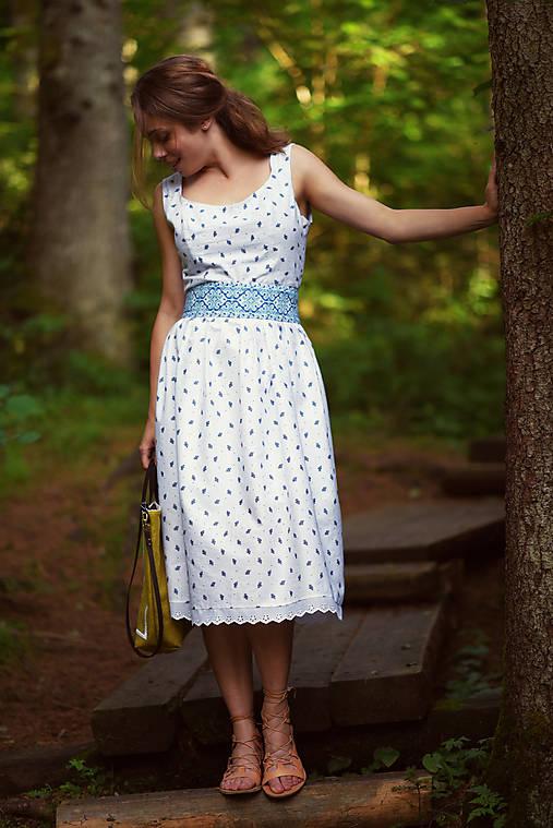 Bavlnené šaty s ľudovým vzorom