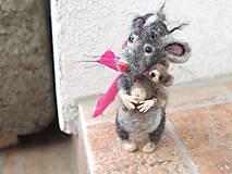 Plstená myš s mackom z merino vlny a psích chlpov.