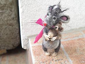 Dekorácie - Plstená myš s mackom z merino vlny a psích chlpov. - 9611423_