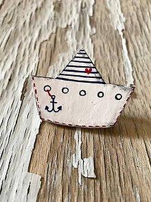 Odznaky/Brošne - maľovaná loďka so ♥ - brošňa (s kotvičkou) - 9613339_