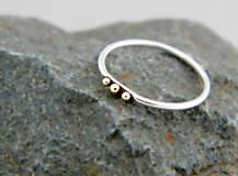 Prstene - Strieborný prsteň Tri bodky so 585/1000 zlatými guličkami - 9618161_