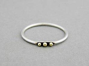 Prstene - Strieborný prsteň Tri bodky so 585/1000 zlatými guličkami - 9618162_