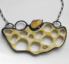 Náhrdelníky - Výrazný keramický šperk s minerálom - 9616929_
