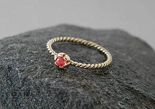 Prstene - 585/1000 zlaty prsteň s prírodným rubínom - 9622588_
