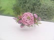 Kvetinový hrebienok do vlasov