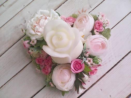 Kvetinový aranžmán a svietnik v tvare srdca