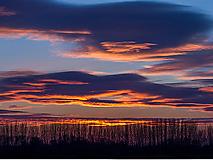 Slnkom zafarbené oblaky