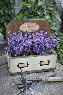 Nábytok - Drevená závesná debnička s plechovými kvetináčmi - 9623323_