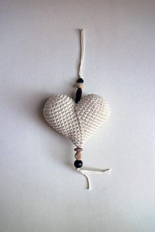 Dekorácie - Háčkované srdiečko na zavesenie malé | Béžová | svetlá | drevené korálky - 9632531_