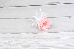 Kytice pre nevestu - Saténová kytica svadobná bledoružová ruže + pierko - 9631766_