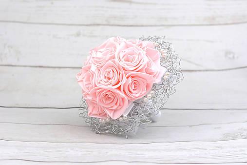 Saténová kytica svadobná bledoružová ruže + pierko