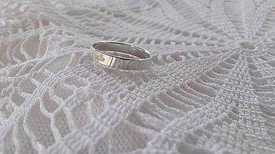 Prstene - Tepaný strieborný prsteň... - 9635752_