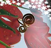 Prstene - tepaný prstienok obojstranný v zlatej špirálka - 9641262_