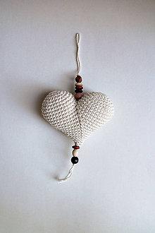 Dekorácie - Háčkované srdiečko na zavesenie veľké| Béžová | svetlá | drevené korálky - 9644902_
