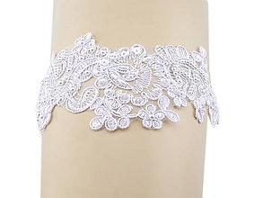 Bielizeň/Plavky - Svadobný podväzok bielej s čipky vyšívanej perličkami a flitrami 01 - 9646687_