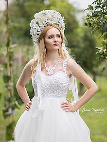 Ozdoby do vlasov - Svadobná bielo-krémová kvetinová bohato zdobená parta - 9648676_