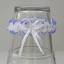 Bielizeň/Plavky - Biely čipkovaný podväzok s modrým okrajom s mašličkou a flitrovým kvietkom. - 9649216_