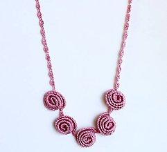 Náhrdelníky - Elegantní náhrdelník z háčkovaných 3D vinutek. - 9652488_