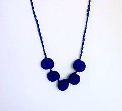 Náhrdelníky - Elegantní náhrdelník z háčkovaných 3D vinutek. (Modrá) - 9652572_
