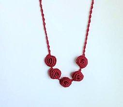 Náhrdelníky - Elegantní náhrdelník z háčkovaných 3D vinutek. (Bordová) - 9652597_