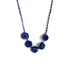 Náhrdelníky - Elegantní náhrdelník z háčkovaných 3D vinutek. (Modrá) - 9652600_