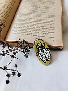 Odznaky/Brošne - Drevená brošnička - včela - 9652579_