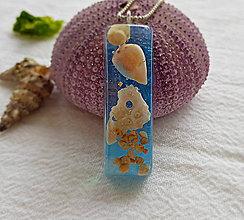 Náhrdelníky - Živicový náhrdelník s mušľami, bledomodrý, chirurgická oceľ - 9652650_