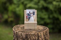 Dekorácie - Drevený svadobný fotostojan (dva druhy) - 9661365_