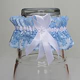 Bielizeň/Plavky - Modrý čipkovaný podväzok s bielou 12 mm mašlou a bielou stredovou stuhou. - 9663268_
