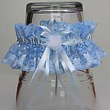 Bielizeň/Plavky - Modrý čipkovaný podväzok s veľkou mašlou a bielou organzovou ružičkou. - 9663280_