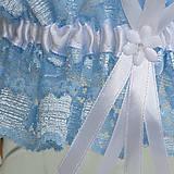 Bielizeň/Plavky - Modrý čipkovaný podväzok s bielou 6 mm mašličkou a bielou stredovou stuhou. - 9663286_