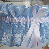 Bielizeň/Plavky - Modrý čipkovaný podväzok s bielou 6 mm mašličkou a bielou stredovou stuhou. - 9663287_