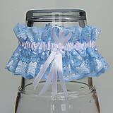 Bielizeň/Plavky - Modrý čipkovaný podväzok s bielou 6 mm mašličkou a bielou stredovou stuhou. - 9663289_