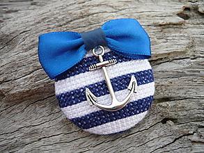 Odznaky/Brošne - ZĽAVA - VÝPREDAJ :) Brošňa Námornícka prúžkovaná modro-biela s kotvou - 9666781_