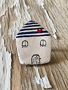 Odznaky/Brošne - maľovaný domček so ♥ - brošňa (modré pásiky) - 9667184_