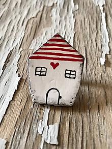 Odznaky/Brošne - maľovaný domček so ♥ - brošňa (červené pásiky) - 9667185_