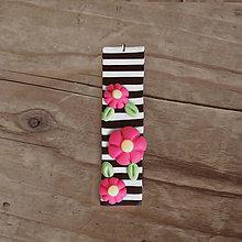 Náhrdelníky - FIMO prívesok Na čiernobielom (ružové kvietky) - 9667123_