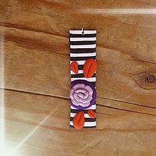Náhrdelníky - FIMO prívesok Na čiernobielom (ružička) - 9668031_