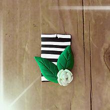 Náhrdelníky - FIMO prívesok Na čiernobielom (zelená ružička a listy) - 9672802_