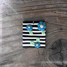 Náhrdelníky - FIMO prívesok Na čiernobielom (nezábudky) - 9673717_