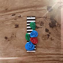 Náhrdelníky - FIMO prívesok Na čiernobielom (ružičky) - 9674557_