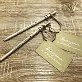 Darčeky pre svadobčanov - Gravírované ceruzky (Hnedá ceruzka, zlatá kartička) - 9680382_