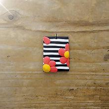 Náhrdelníky - FIMO prívesok Na čiernobielom (oranžády) - 9681942_