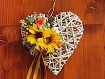 Dekorácie - Jesenné srdce so slnečnicami a ratan. guličkou - 9683423_