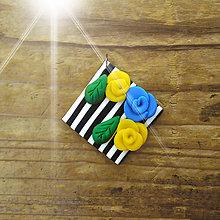 Náhrdelníky - FIMO prívesok Na čiernobielom (ružičky 2) - 9683638_